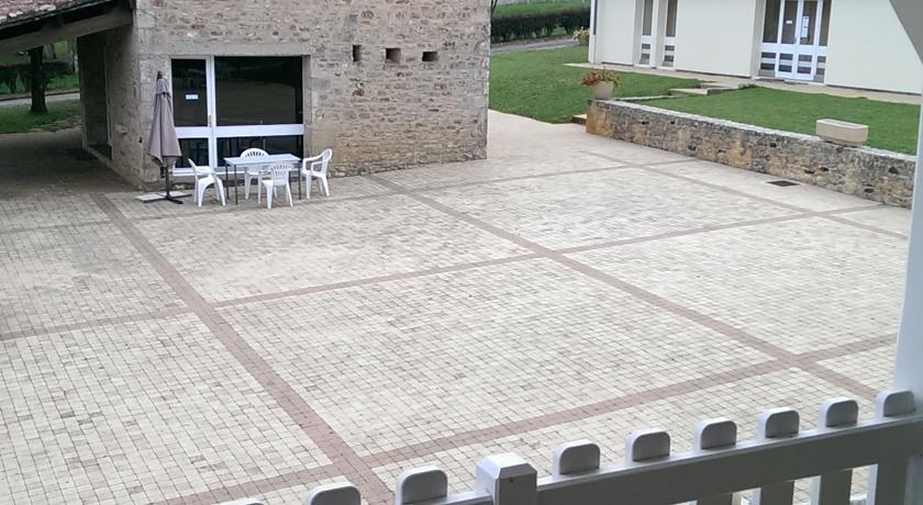 terrasse devant les appartements