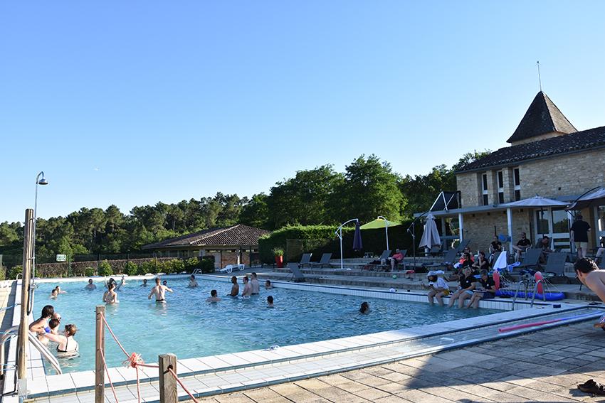 tout le monde s'amuse dans la piscine du Domaine résidentiel de Mazières