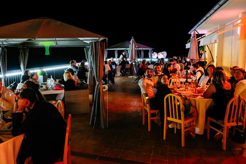 Dîner de fête sur la terrasse du Domaine Résidentiel de Mazières
